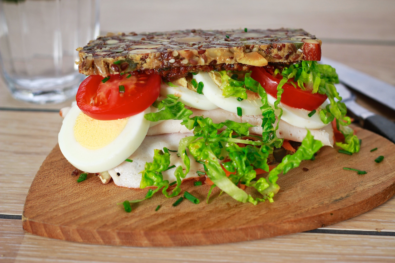 Brødsandwich med kylling og æg