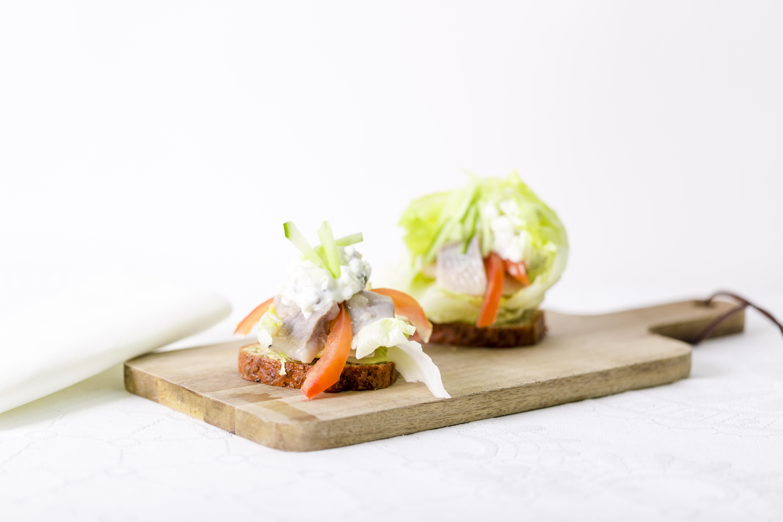 Mandelbrød med sild toppet med salat af æble/kapers salat.